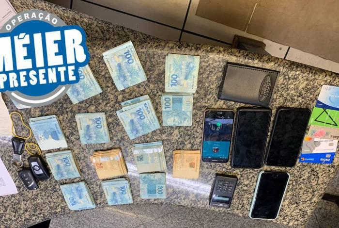 Policiais apreenderam dinheiro, celulares e cartões