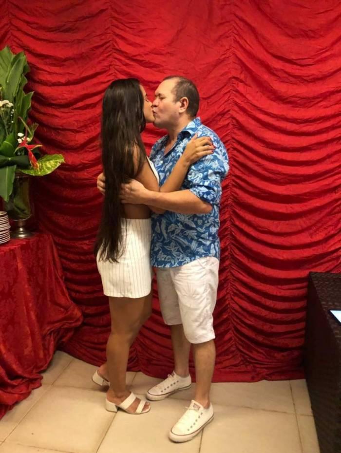 Ximbinha comemora aniversário com beijão em Karen Kethlen