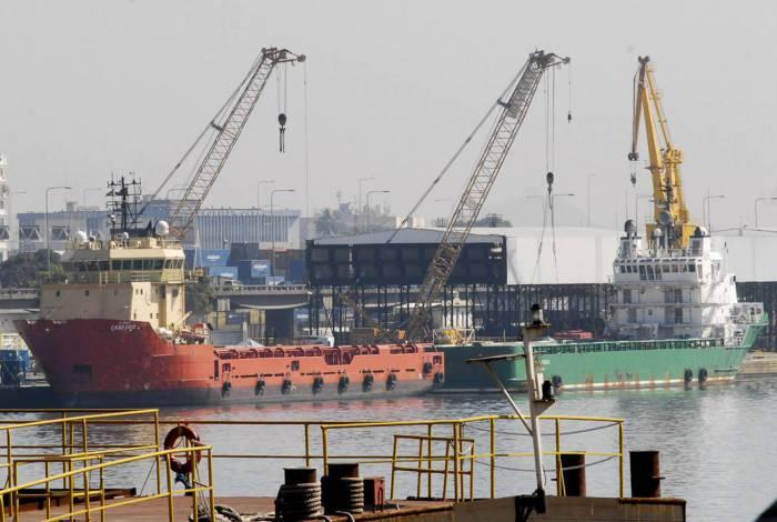 Atracação de navios no Caís do Porto do Rio de Janeiro, guindaste, container
