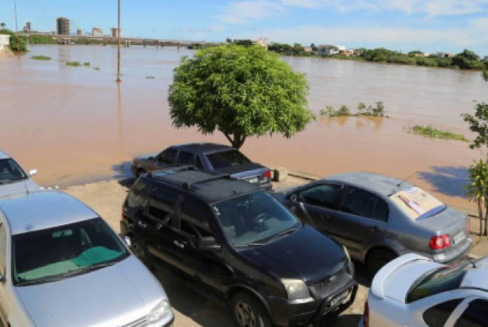 Carros estacionados no Cais da Lapa parcialmente tomado pelas águas do Rio Paraíba, em Campos