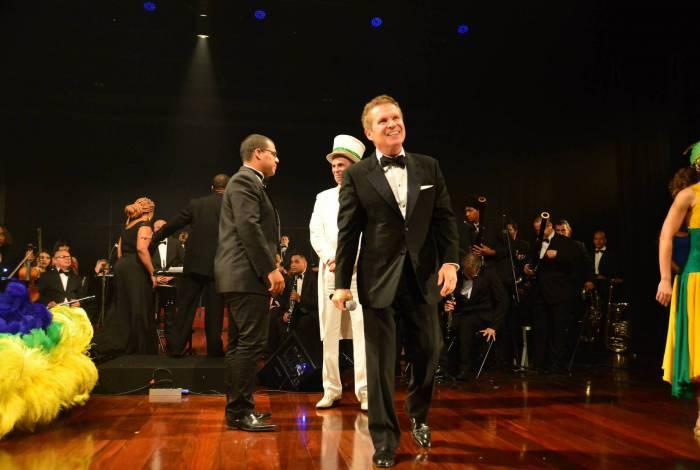 Fernando Jardim, do Projeto Vibrat,  e orquestra: o empreendedor recebe homenagem da Sociedade Brasileira de Artes, Cultura e Ensino, em São Paulo