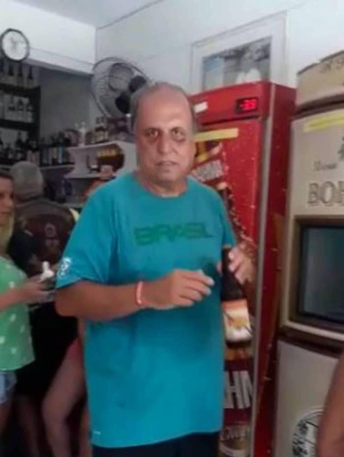 Pezão pega cerveja em bar de Piraí, sua cidade natal. Réu na Lava Jato, ele está solto desde dezembro