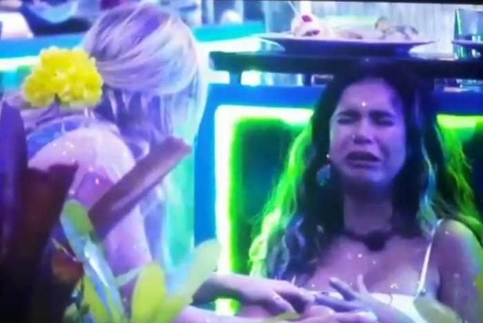Marcela vai conversar com Gizelly, que chora