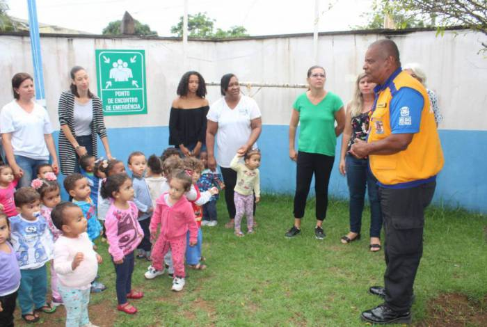 A Comunidade Escolar recebe orientação para atuar caso seja necessária uma evacuação rápida
