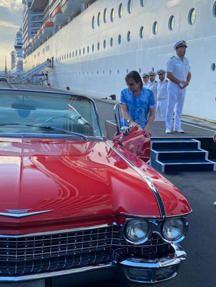 Roberto Carlos chegando em seu Cadillac vermelho ao cruzeiro 'Emoções em Alto Mar'
