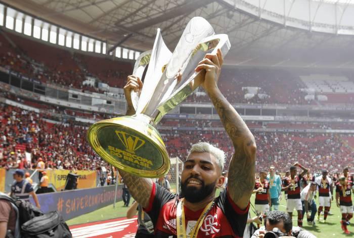 Gabigol com a taça da Supercopa do Brasil