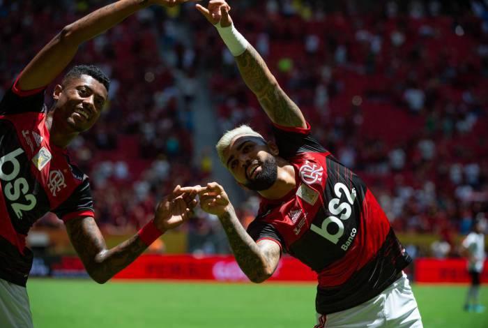 Bruno Henrique e Gabigol, autores dos dois primeiros gols do Flamengo, comemoram no Mané Garrincha