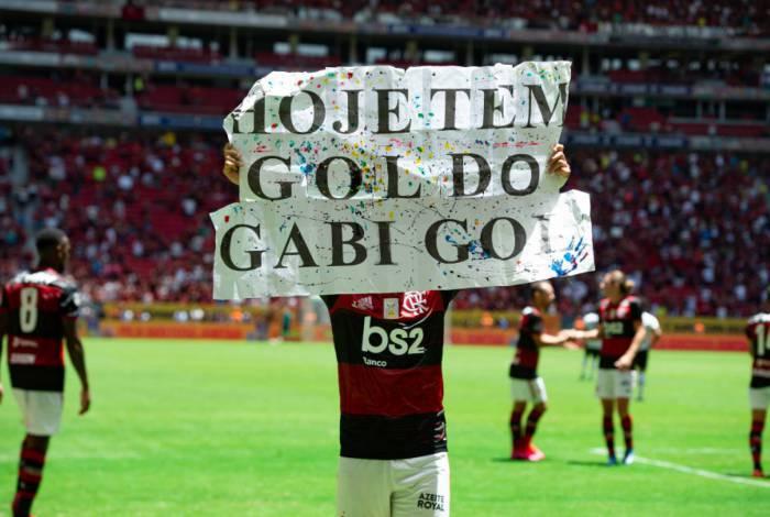 Gabigol comemorando seu gol na final da Supercopa do Brasil com a plaquinha 'Hoje tem gol de Gabigol'