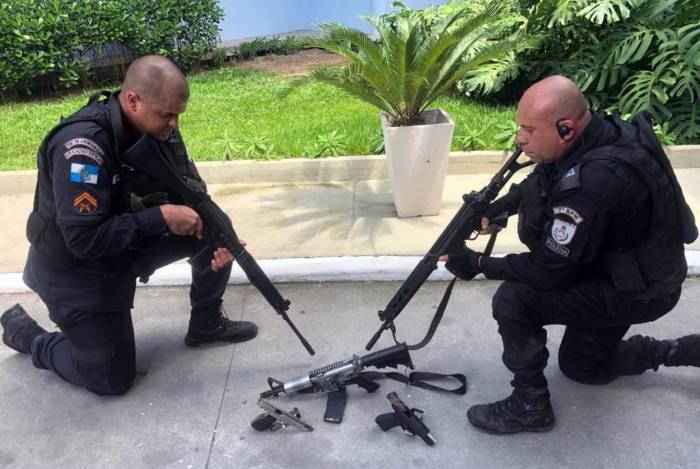 Policiais apreenderam um fuzil e duas pistolas na operação