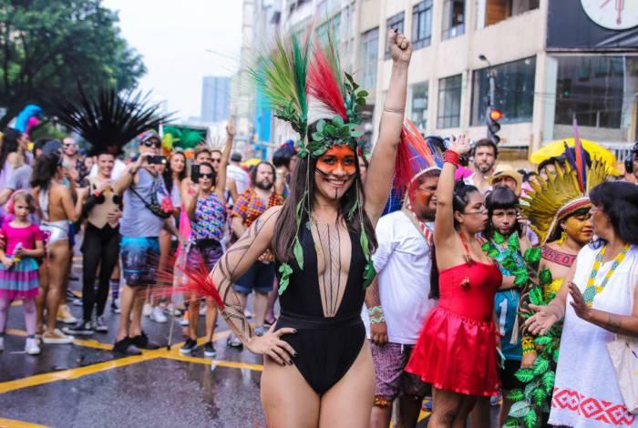 Alessandra Negrini se fantasia de índia para bloco de Carnaval em São Paulo