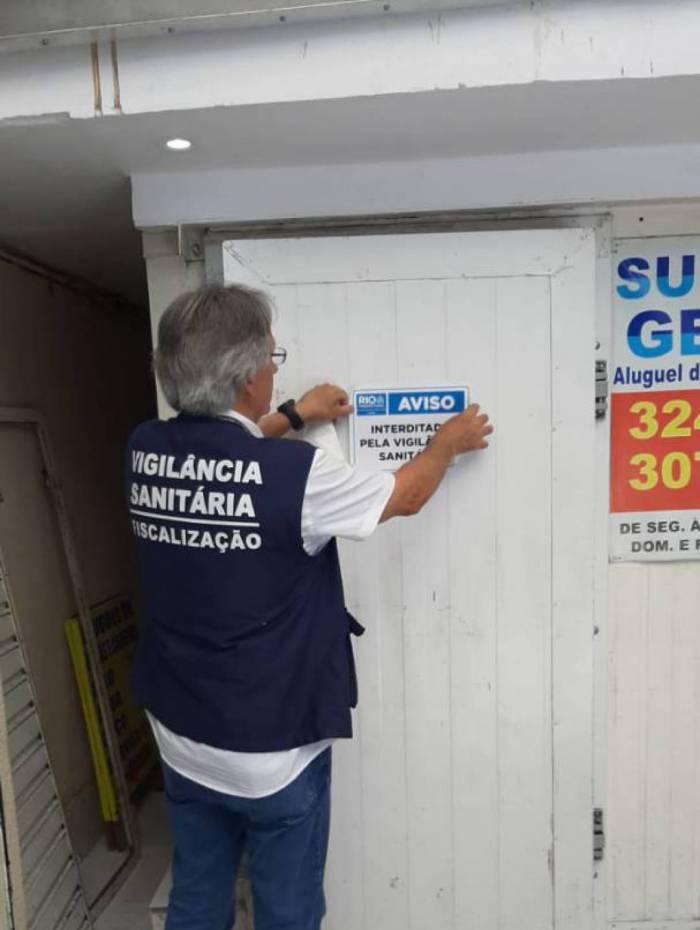 Agentes inspecionaram oito depósitos de gelo e bebidas, aplicaram seis infrações, três por falta de higiene e três por ausência de licença sanitária