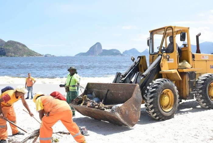 Limpeza da orla foi intensificada por 60 funcionários deslocados da zeladoria para reforçar o grande mutirão