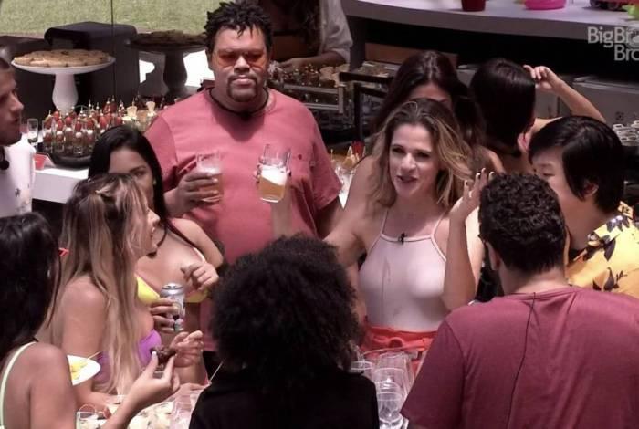 Produção de 'BBB' presenteia brothers com festa na piscina para abafar a crise da comida