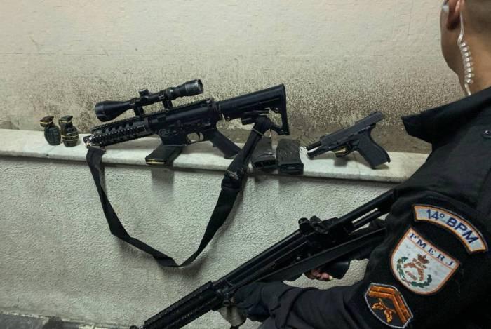 Policiais apreendem armas durante operação policial na comunidade do 48