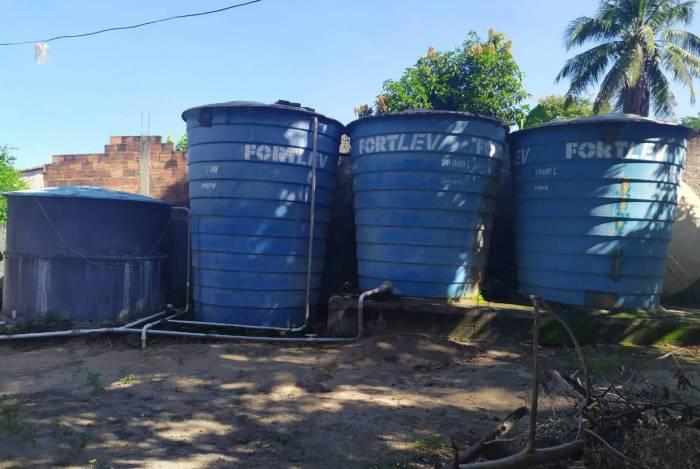 Criminosos extraiam a água de poços artesianos e a armazenavam em reservadores de grande porte para abastecer carros-pipa