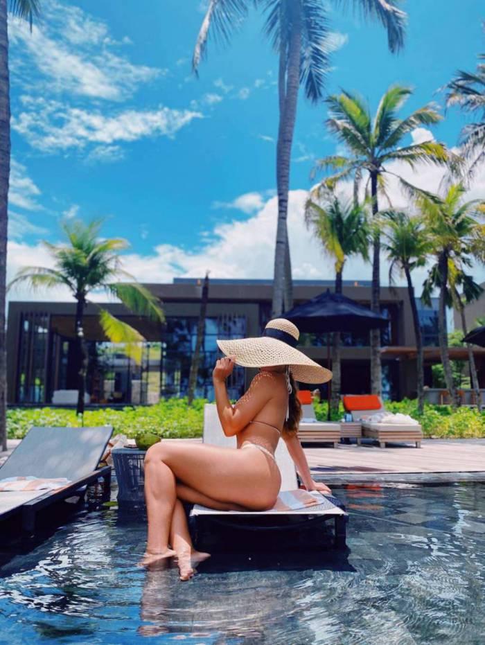Juliana Paes exibe corpão escultural na piscina