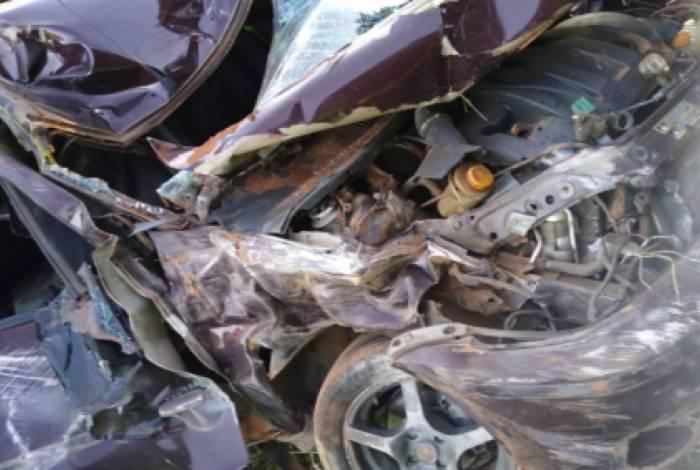 O que restou do carro acidentado no qual morreu Maria de Lourdes Ferreira, de 86 anos, na BR-101 em Ibitioca, distrito de Campos