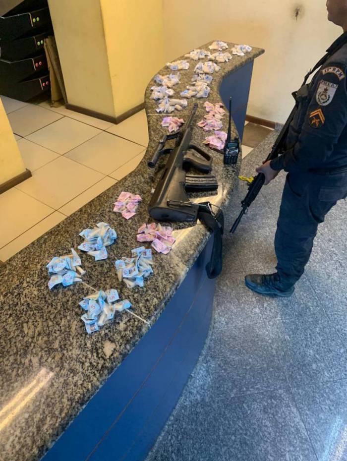 Drogas são apreendidas em operação na comunidade Igrejinha, em Niterói