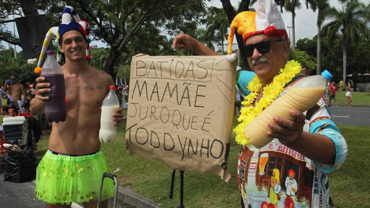 No Aterro do Flamengo, se apresentou o Bangalafumenga. Na foto, vendendo batidas com seu filho, Caetano do Engenho