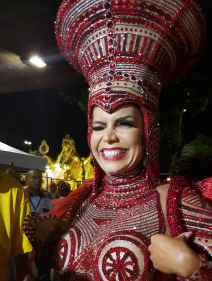 Rainha Raissa Machado usa fantasia em homenagem à Luisa Mahin
