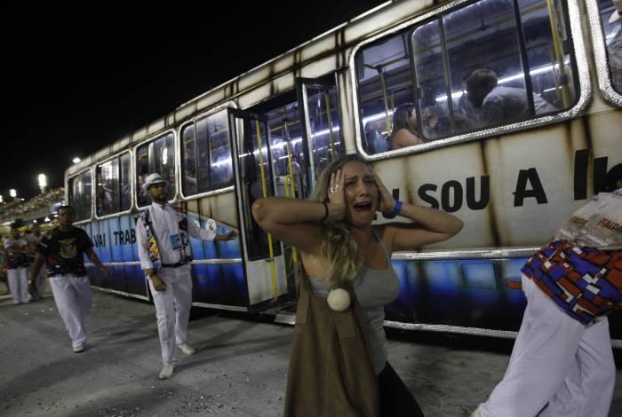 Na União da Ilha, cena de violência: ônibus lotado e pedido de socorro escrito no vidro faz referência ao sequestro do ônibus 174