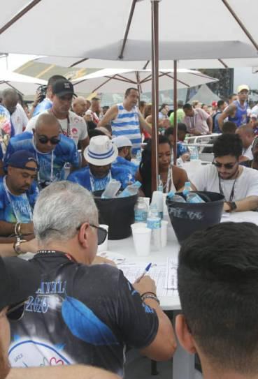 Integrantes da Beija-Flor a acompanham apuração no Sambódromo, nesta quarta