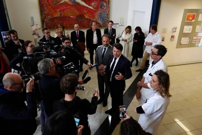 Prefeito francês de Nice, Christian Estrosi, em coletiva de imprensa no hospital Archet, onde medidas foram tomadas no caso de o hospital ter que lidar com casos do novo coronavírus COVID-19