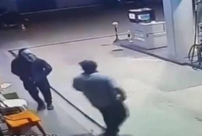 Suspeito chega ao posto com uma máscara de carnaval e ameaça o frentista com uma arma de fogo