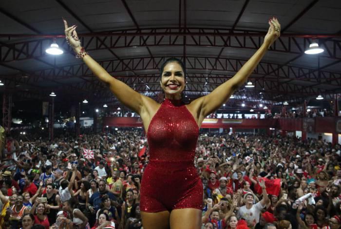 Após a vitória da Viradouro, a Rainha de Bateria foi para a quadra comemorar com seus súditos