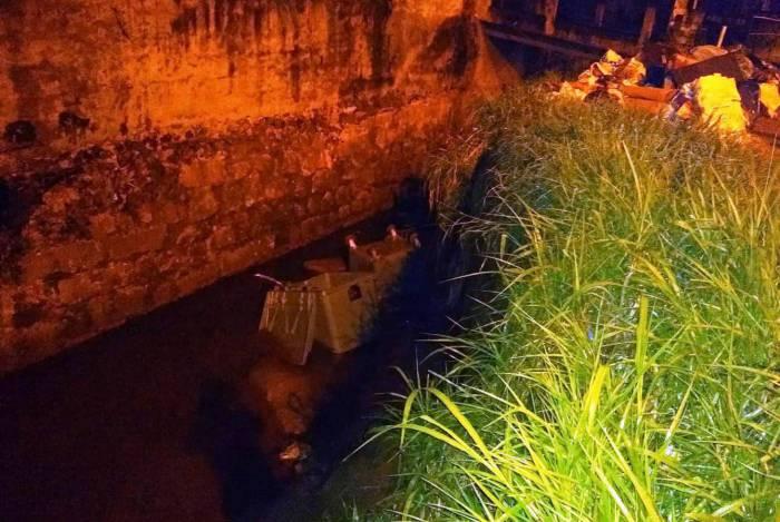 Cinco coletoras foram jogadas no rio: duas foram retiradas intactas e as demais foram danificadas