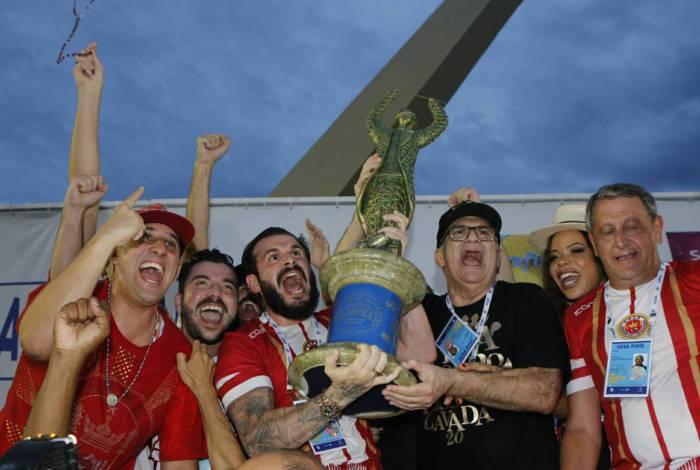 Viradouro levanta o troféu de campeã na Sapucaí