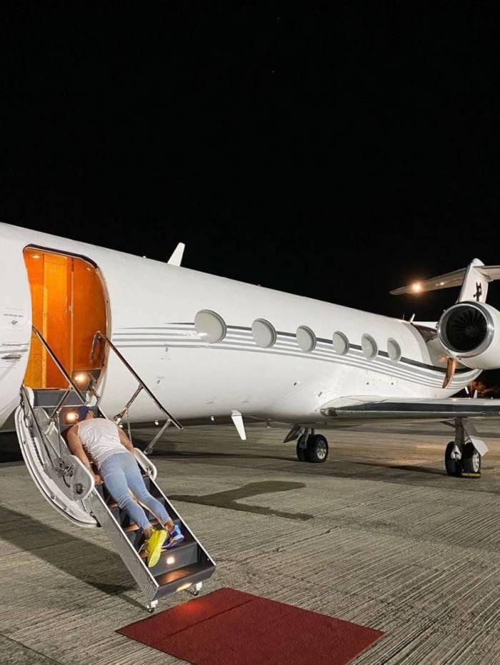 Gusttavo Lima 'desmaia' na escada de avião particular