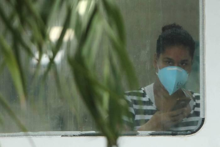 Na UPA do bairro Botafogo, em Nova Iguaçu, onde paciente está isolada com suspeita de coronavírus, funcionários e doentes estão usando máscaras durante as consultas