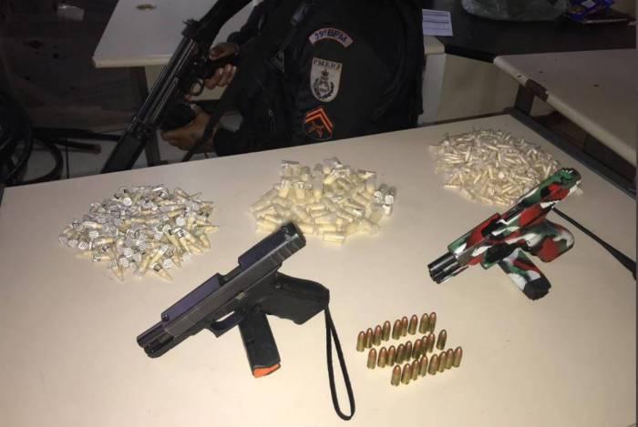 Pistolas apreendidas com suspeitos baleados em Belford Roxo, segundo a PM