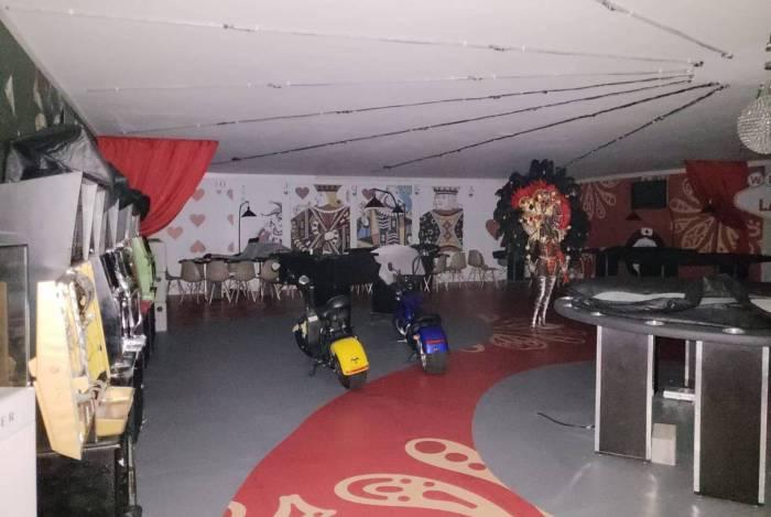Agentes da Polícia Federal foram ao camarote corporativo localizado no Setor 5 do Sambódromo do Rio, onde encontraram e desmontaram um cassino
