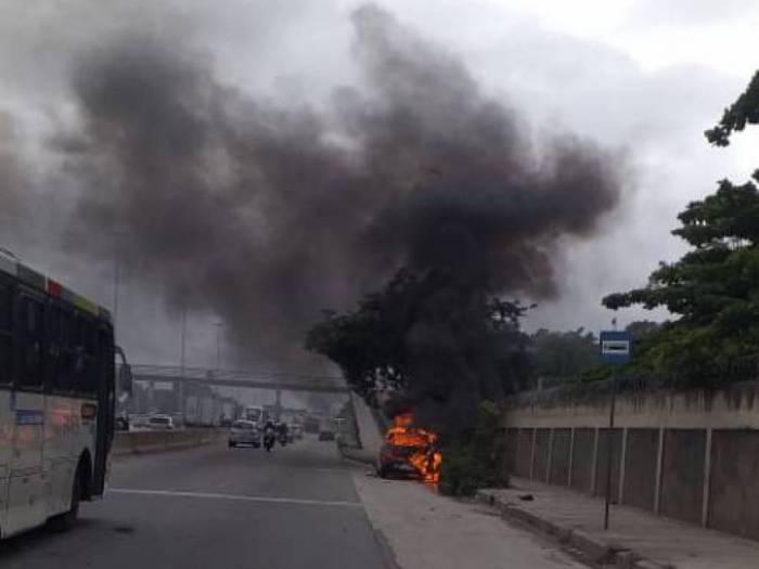 Carro pegou fogo na Avenida Brasil, na Penha