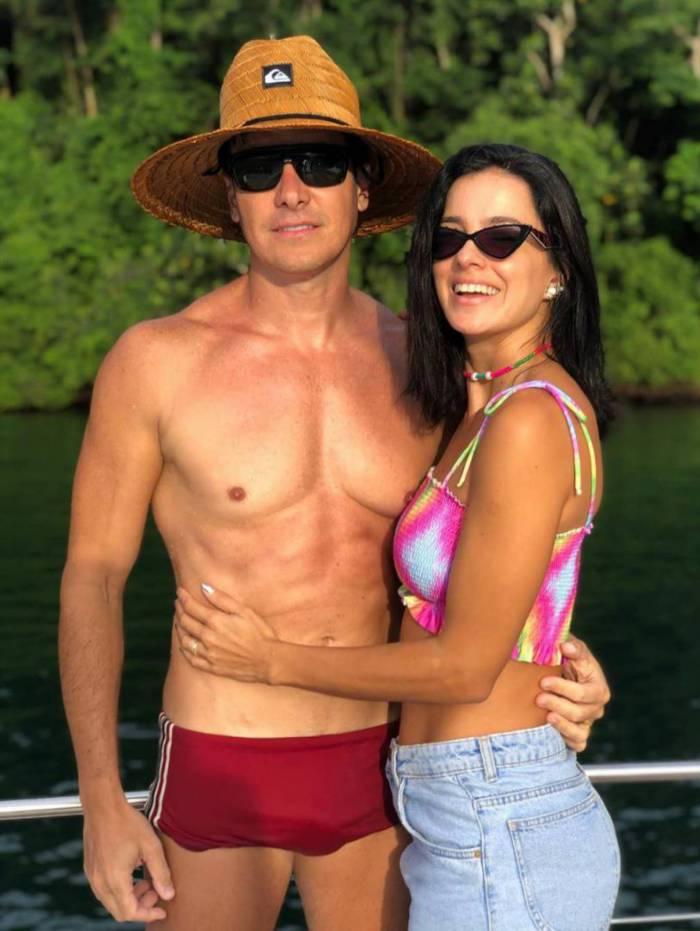 Rodrigo Faro posa de sunga com a mulher e deixa fãs intrigados com volume