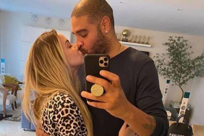 Namorada de Adriano posta foto do casal