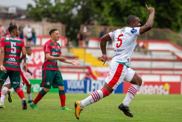 Felipe Dias comemora o gol da vitória do Bangu sobre a Portuguesa