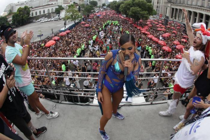 Do alto do trio elétrico, Anitta embalou o público com vários sucessos da sua carreira durante o bloco