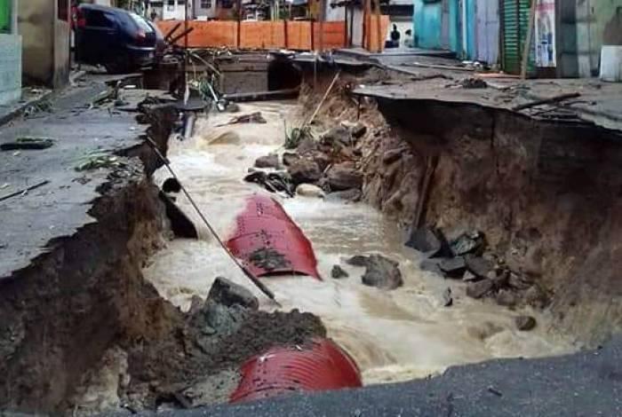 Cratera na Rua Coronel França Leite, na Chatuba, em Mesquita