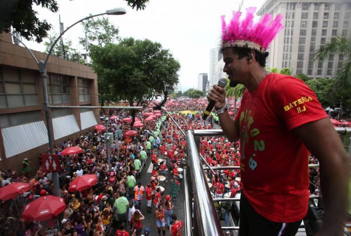 Foliões aproveitaram o desfile de 20 anos do Monobloco no Centro