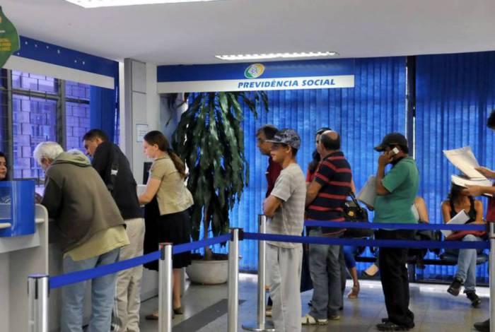 Justiça determina que bancos suspendam o débito em folha dos empréstimos consignados tomados por aposentados, do INSS ou servidores públicos