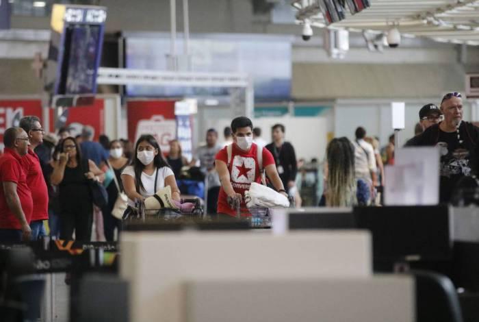 Passageiros e funcionários circulam vestindo máscaras em aeroportos brasileiros