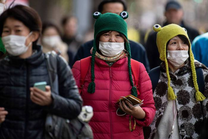 Com máscaras, espectadores acompanham a maratona de Tóquio, no dia 1º deste mês: só para atletas de elite