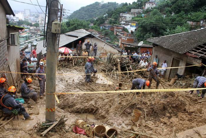 Chuva provocou estragos em várias comunidades em Santos