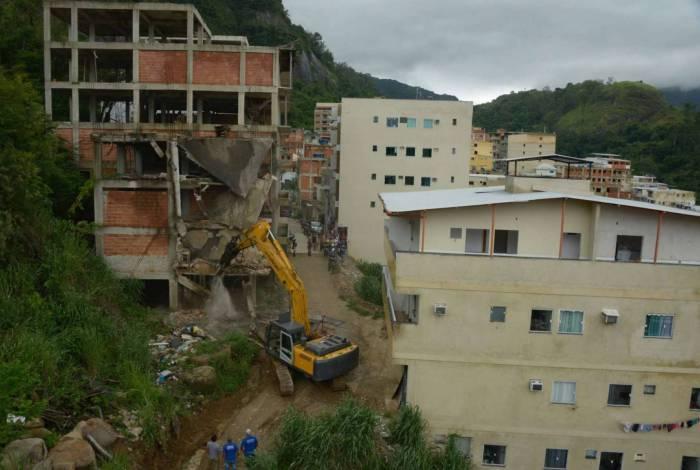 Escavadeira hidráulica em ação na Muzema durante os trabalhos de demolições de imóveis irregulares