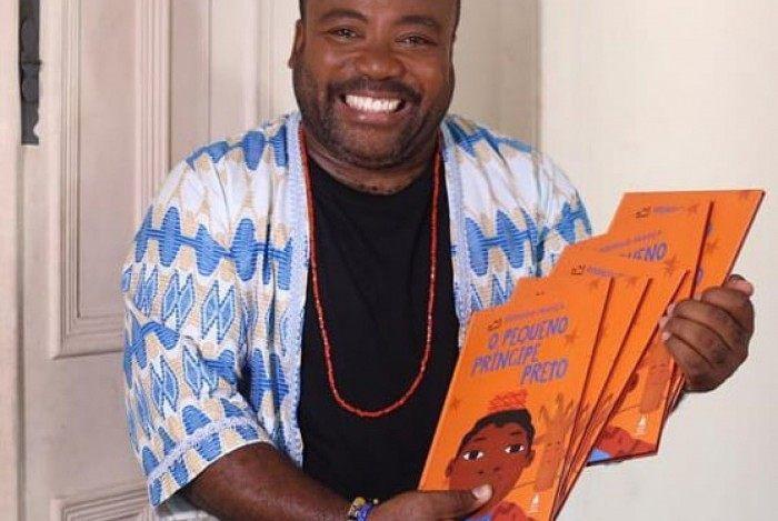 Ex-BBB Rodrigo França lança o livro 'O Pequeno Príncipe Preto'
