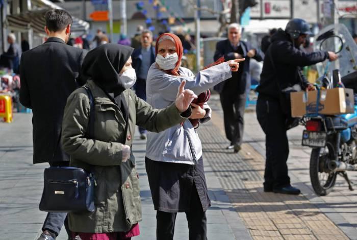 Iranianos usam máscaras protetoras na capital Teerã em 4 de março de 2020