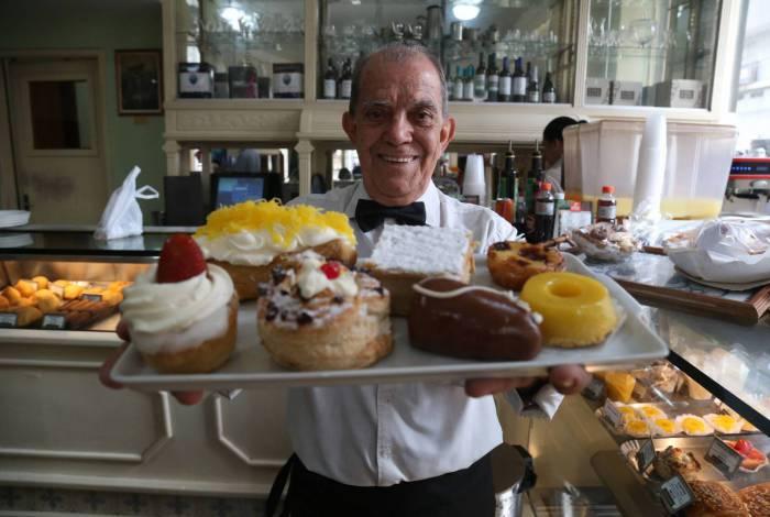 Waldir Ramos, o garçom mais antigo da Casa Cavé, mostra algumas tentações da confeitaria